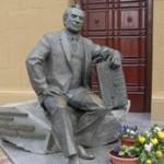 Памятник композитору Пономаренко перед входом в филармонию